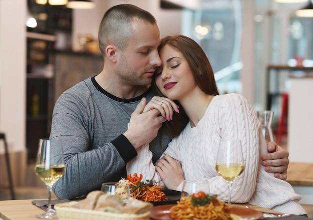 Jovem casal no restaurante
