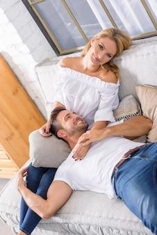 Jovem casal no sofá