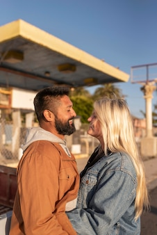 Jovem casal olhando um para o outro enquanto sorri