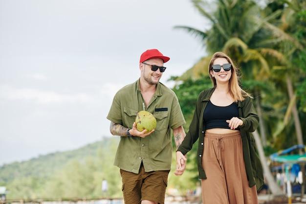 Jovem casal passando férias na praia