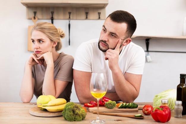 Jovem casal pensando na cozinha