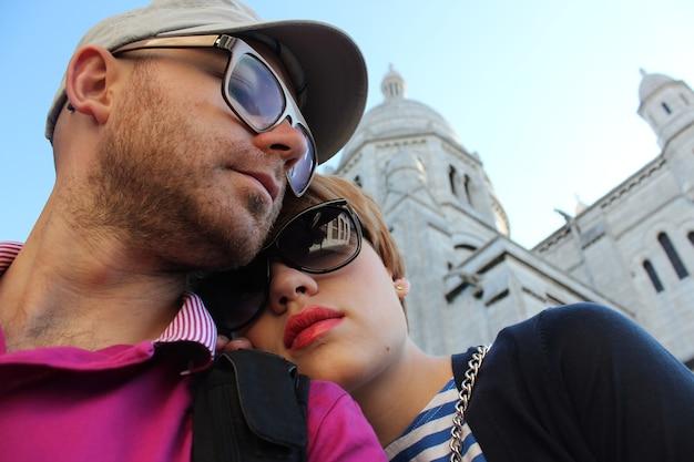 Jovem casal perto da basílica do sagrado coração de paris
