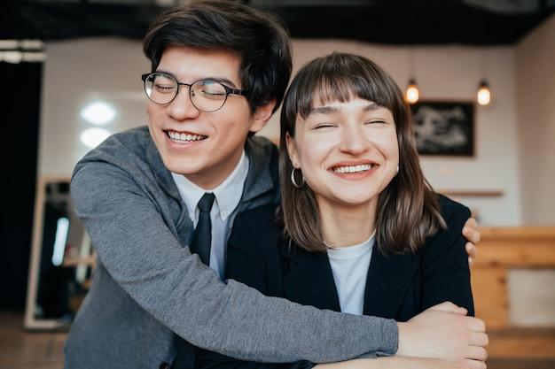 Jovem casal posando dentro de casa