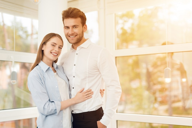 Jovem casal posando para uma foto em um quarto brilhante