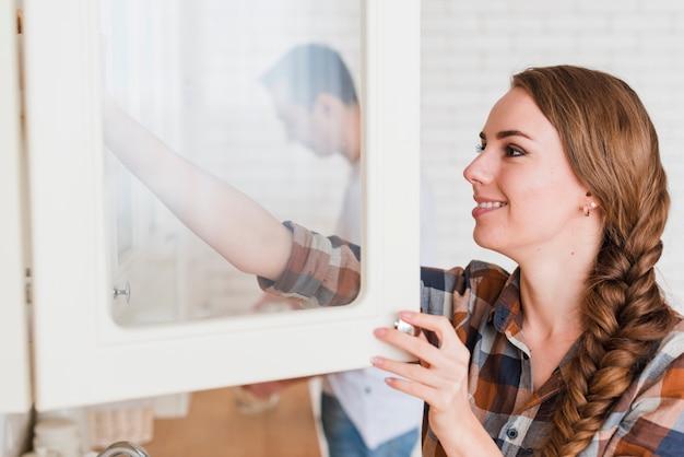 Jovem casal positivo na cozinha em casa