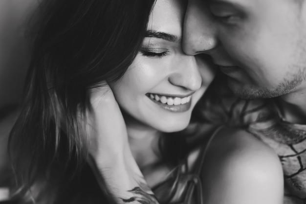 Jovem casal profundamente apaixonado, abraçando e beijando. dia dos namorados, amor, romântico, conceito de família