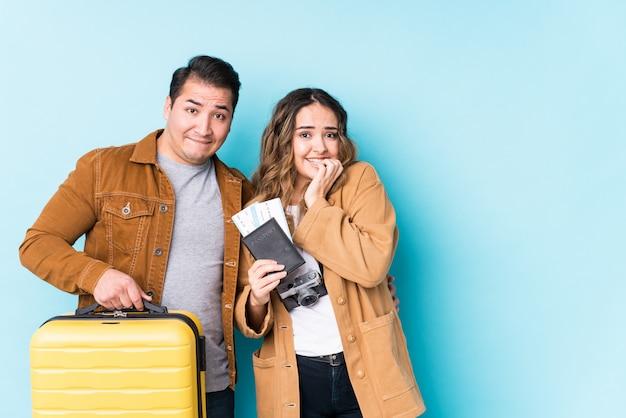 Jovem casal pronto para uma viagem roer unhas, nervoso e muito ansioso.