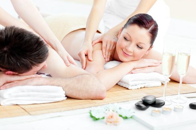 Jovem casal relaxando, desfrutando de uma massagem nas costas