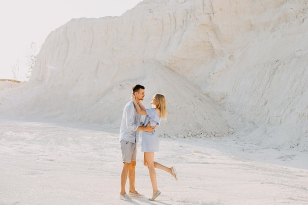 Jovem casal romântico ao ar livre. homem abraçando mulher sorrindo.