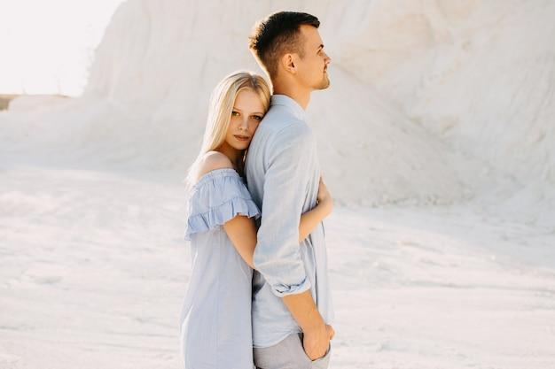 Jovem casal romântico ao ar livre. mulher abraçando o homem por trás.