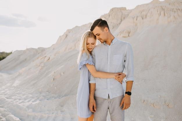 Jovem casal romântico ao ar livre. mulher abraçando o homem.