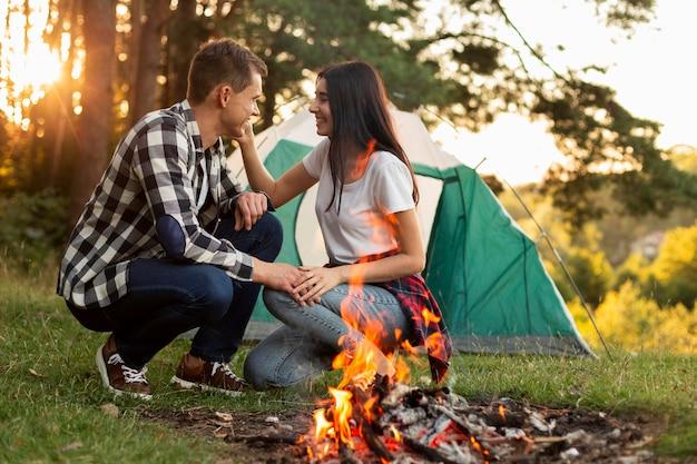 Jovem casal romântico curtindo o tempo na natureza
