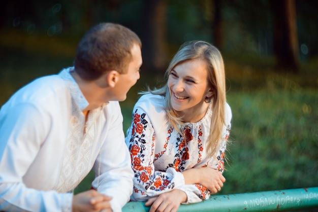 Jovem casal romântico em roupas nacionais da ucrânia