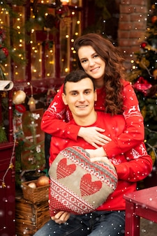 Jovem casal romântico está se divertindo ao ar livre no inverno antes do natal.