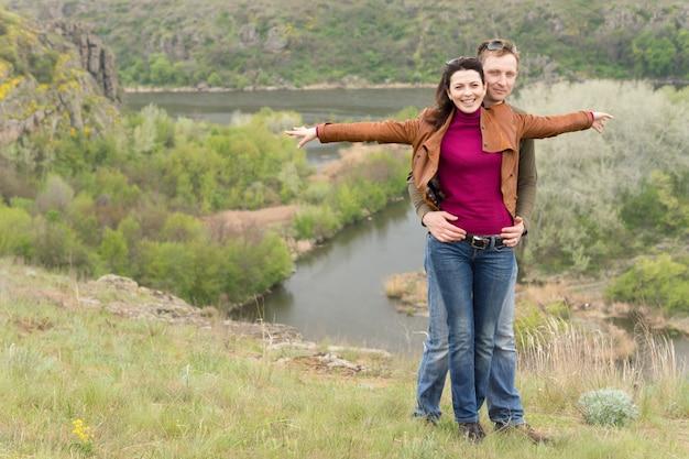 Jovem casal romântico feliz