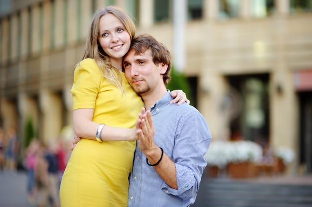 Jovem casal romântico lindo retrato na cidade