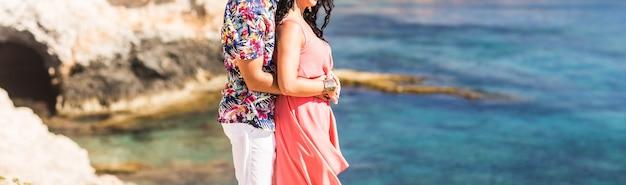 Jovem casal romântico na praia ensolarada