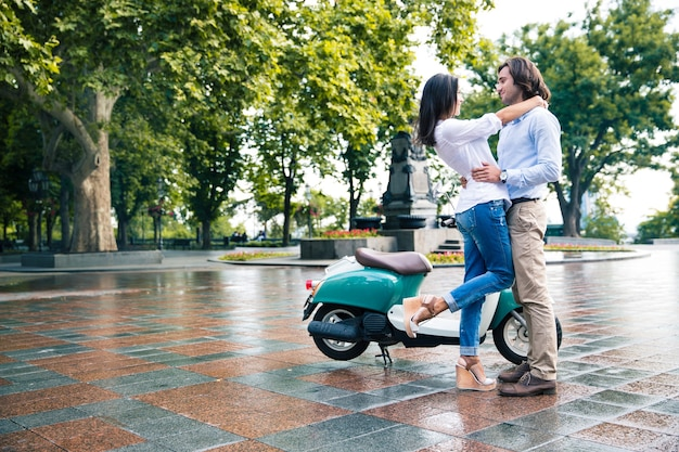 Jovem casal romântico se divertindo ao ar livre