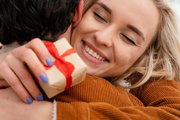 Jovem casal se abraçando ao ar livre