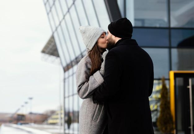 Jovem casal se abraçando