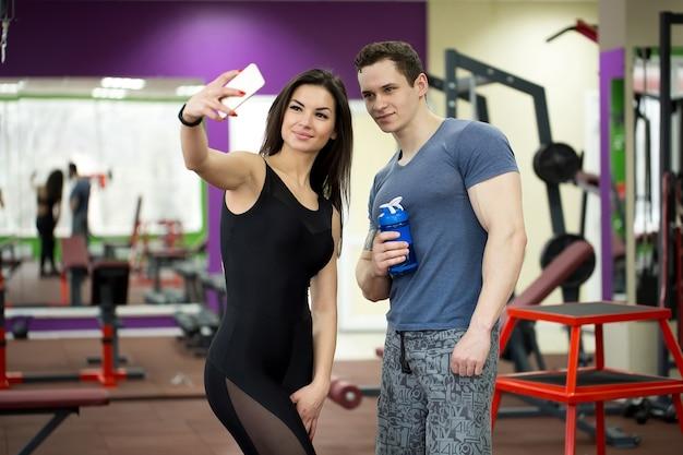 Jovem casal se divertindo em uma academia