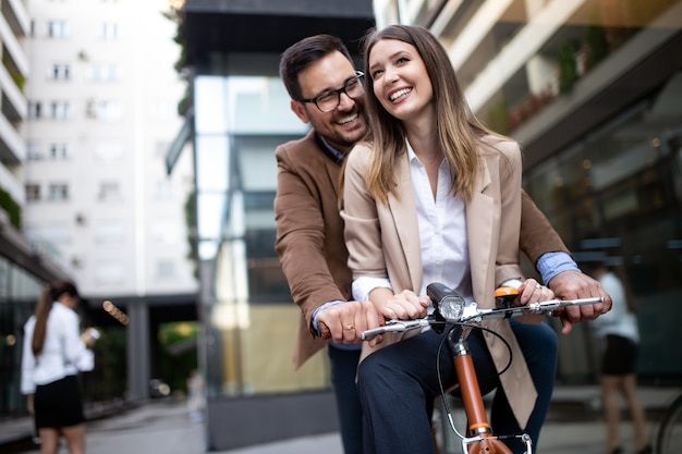 Jovem casal se divertindo na cidade. jovem casal feliz indo passear de bicicleta