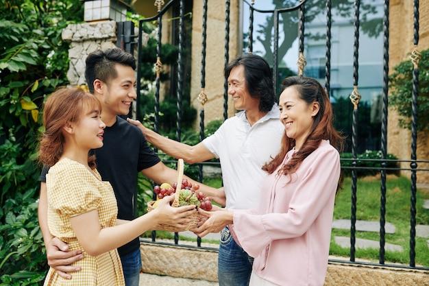Jovem casal se encontrando com os pais