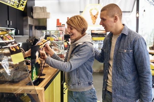 Jovem casal se encontrou em um fast food para comer hambúrgueres