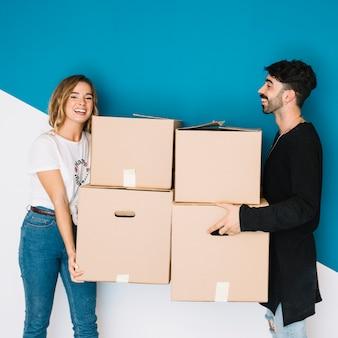 Jovem casal se movendo para apartamento novo
