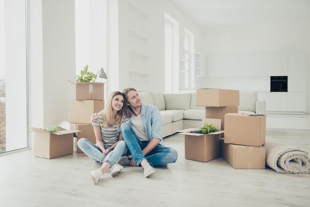 Jovem casal se mudando para casa nova
