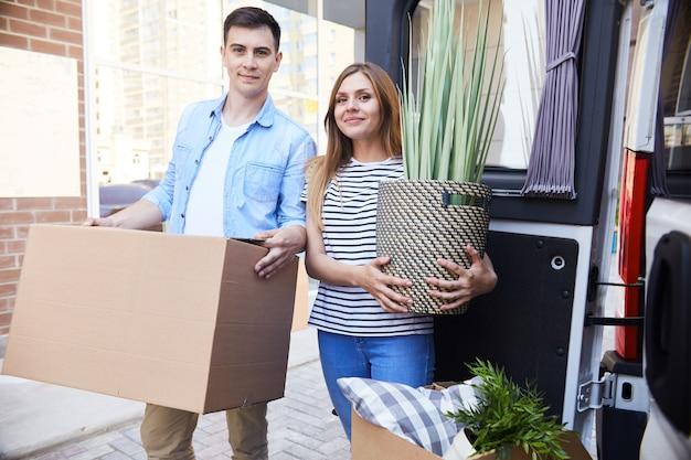 Jovem casal se mudar