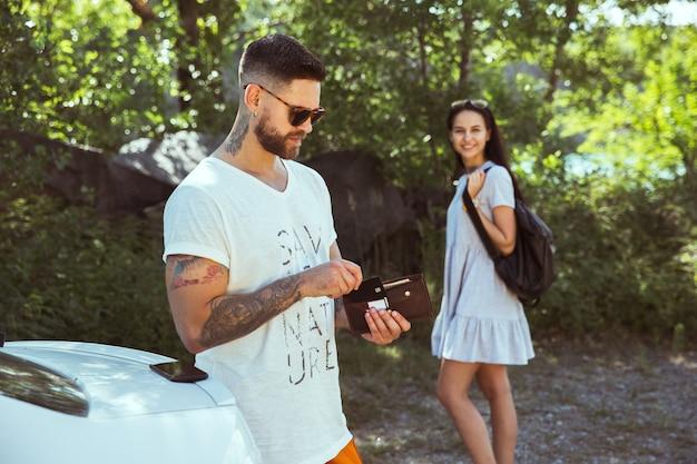 Jovem casal se preparando para as férias em um dia ensolarado de verão.