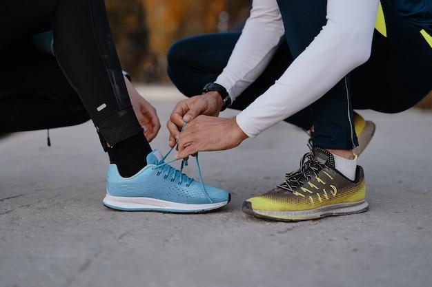 Jovem casal se preparando para correr