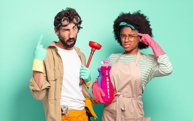 Jovem casal se sentindo confuso e perplexo, mostrando que você é louco