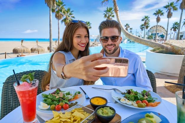 Jovem casal selfie foto do smartphone