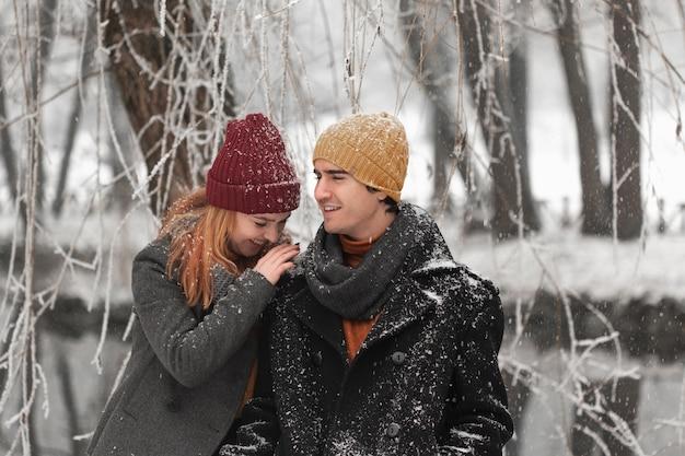 Jovem casal sendo feliz nos dias frios do inverno