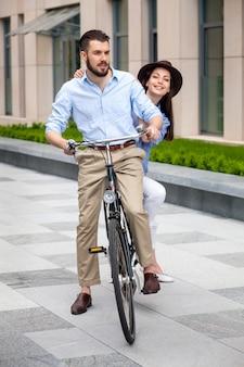 Jovem casal sentado em uma bicicleta