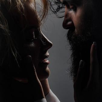 Jovem casal sexy com cabelo molhado