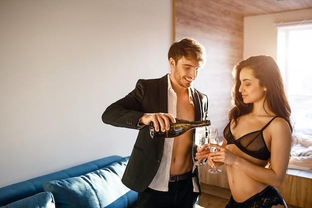Jovem casal sexy na sala de estar