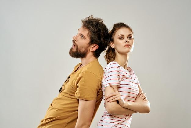 Jovem casal socializando romance estilo de vida moda divertido fundo claro.