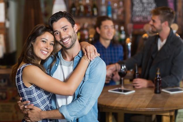 Jovem casal sorridente se abraçando
