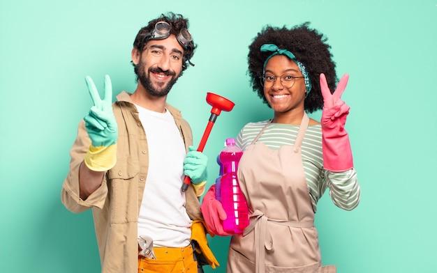 Jovem casal sorrindo e parecendo amigável, mostrando o número dois
