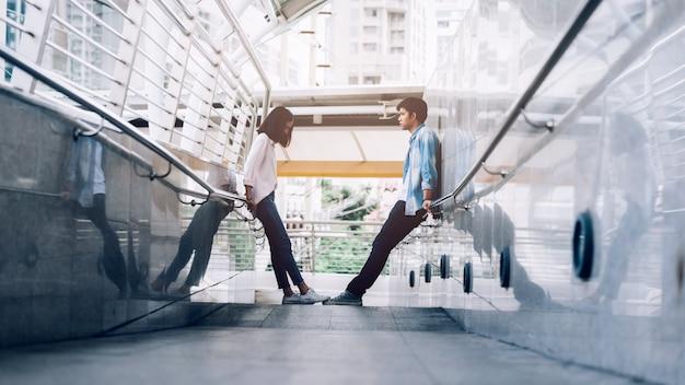 Jovem casal tendo uma briga durante a viagem juntos