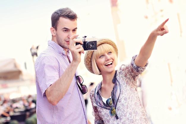 Jovem casal tirando fotos em um passeio por gdansk, na polônia