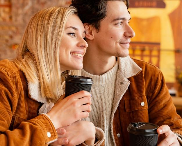 Jovem casal tomando café