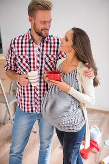 Jovem casal tomando chá em casa
