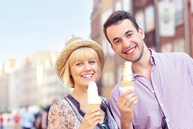Jovem casal tomando sorvete na cidade