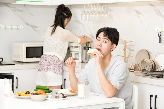 Jovem casal tomar café da manhã em casa