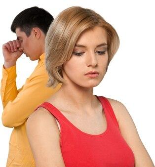 Jovem casal triste isolado no branco