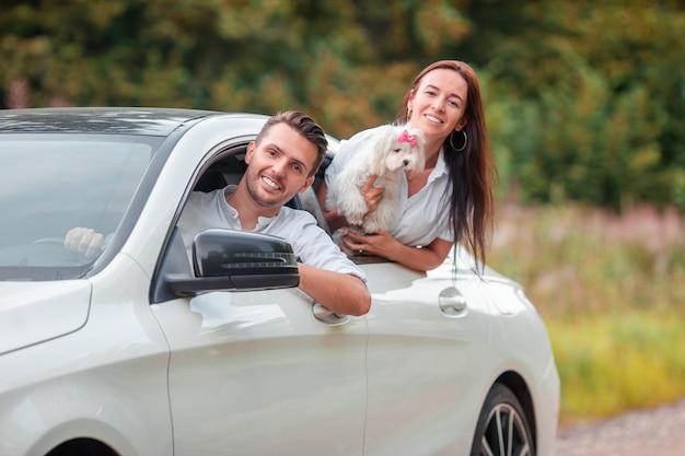Jovem casal turista aproveitando nas férias de verão